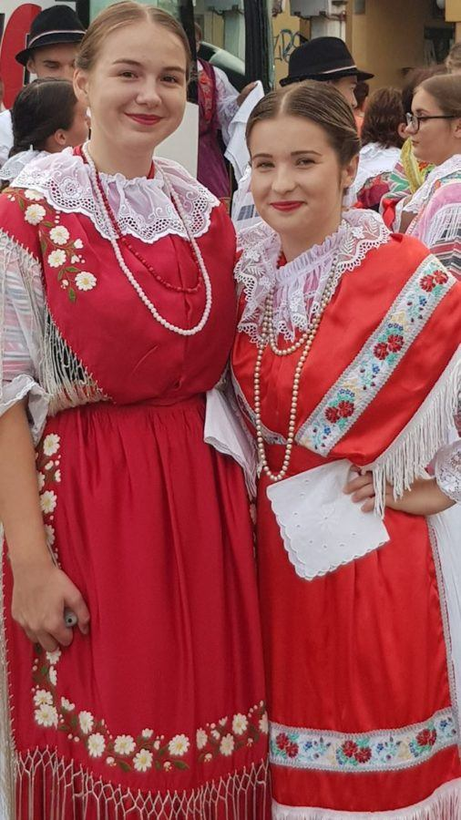 Vinkovačke jeseni Two Girls