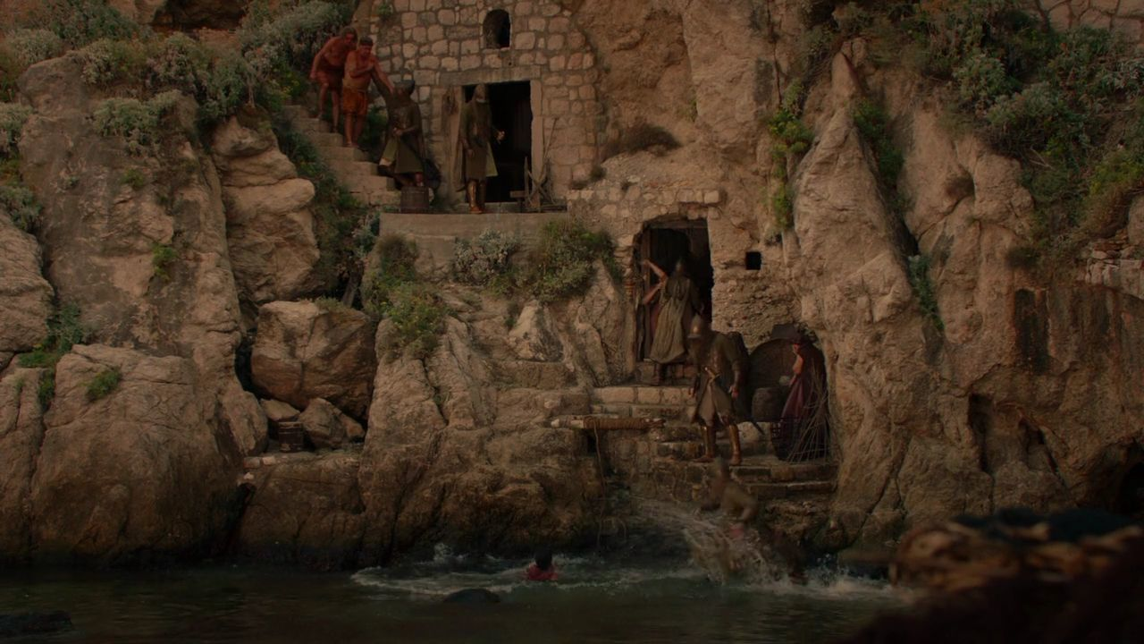 S2 E1 Gold Cloaks search houses at the Dubrovnik West Harbor