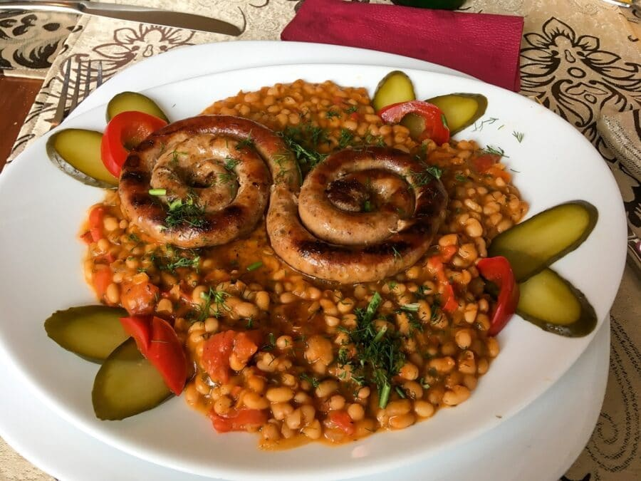 Fasole CuCiolan_Beef sausages with bean sprouts served with a bean stew_Depositphotos_383287828_S