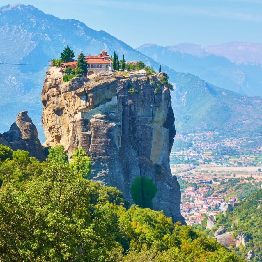 Meteora-Monasteries_Holy-Trinity-monastery-on-the-rock-in-Meteora_greece